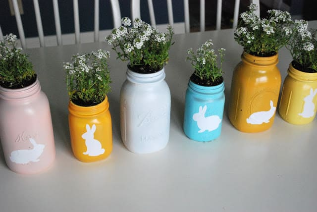 Here's a mason jar planter that can be used as a centerpiece or a stand-alone decor item. Easy to make DIY for Easter.