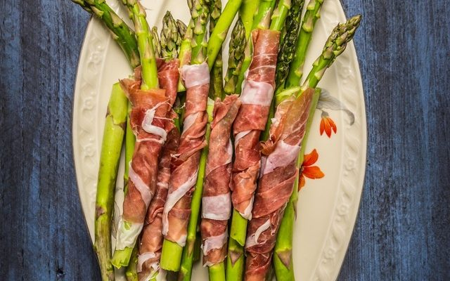 Sides to Grill Up with Your Burgers – Asparagus Wrapped in Bacon