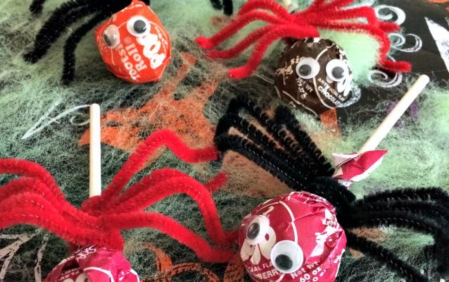 Super Simple #Halloween #DIY Sucker Spiders