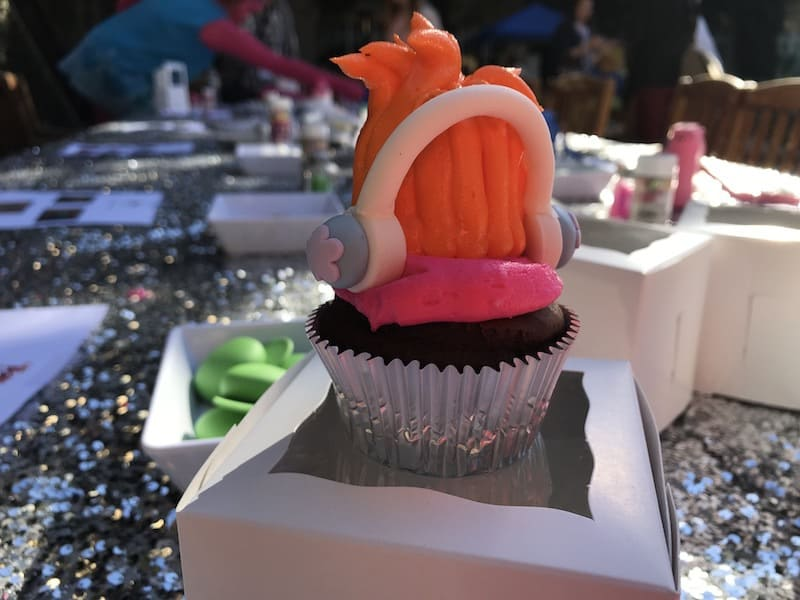 Trolls Food Craft Alert: Making Trolls cupcakes is easy with this DIY Trolls cupcake craft! No need to spend a lot of money or time. With just a few simple supplies you can make your own Trolls cupcakes POPPY Hair or BRANCH hair in just minutes!