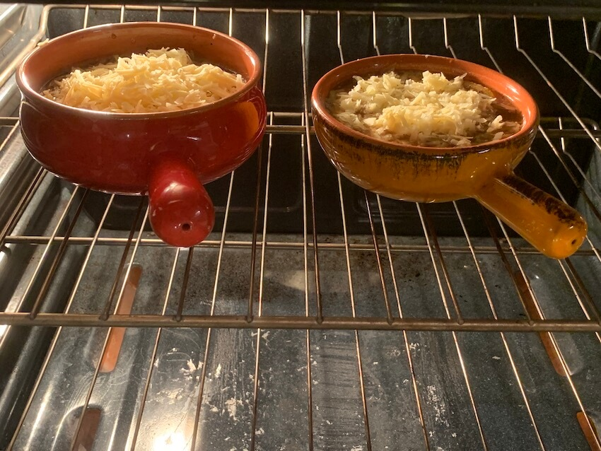 A hot bowl of French onion soup is made with perfectly caramelized onions #slowcooker #recipes #easysoup #soup #frenchonionsoup #souprecipe #easymeal #maincourse #easylunch #onionsoup #easyrecipe